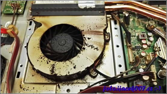pohled na ventilátor a nečistoty v něm