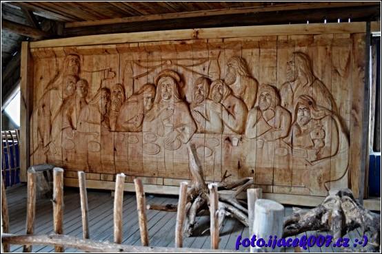 velká dřevořezba složená z několika dílu