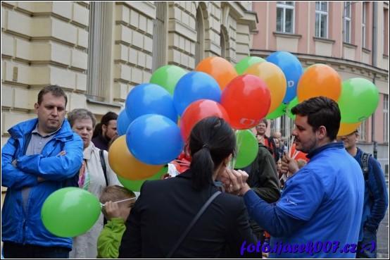 dětem ve frontě přinesli organizátoři dáreček :-)