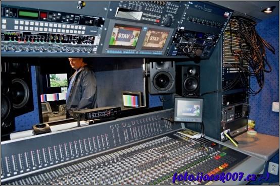 mixážní pult je dominantou pracoviště mistra zvuku v další části přenosového vozu