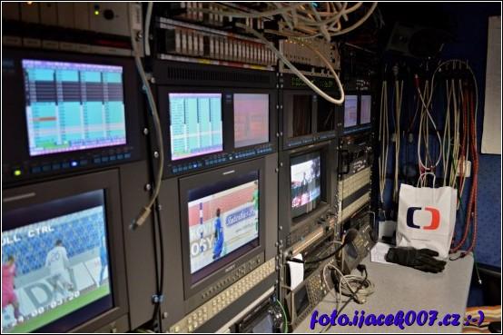 Video střižna která je součástí přenosového vozu české televize