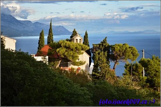 pohled na vesničku z cestičky nad kostelíkem
