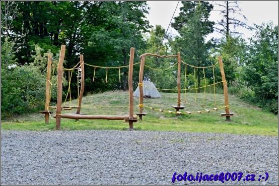 Pro menší děti je pod rozhlednou pro zábavu nachstáno hřiště.