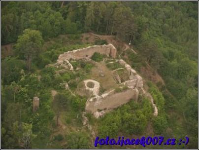 Pohled na zříceninu hradu šelemburk.