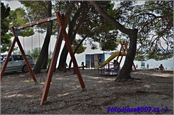 Ve vesničce najdete i dětské hřiště s pár atrakcemi které dovedou na chvíli zabavit vaše ratolesti.