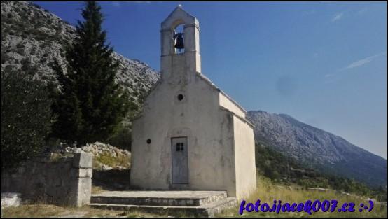 Jeden z cílu hry geocaching kostelík v kopcích mezi Igrene a Drašnice