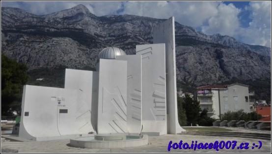 Kousek od davu turistu je na Makarské památník a hvězdárna.