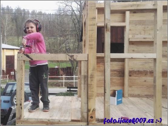 dcera pomáhá na svém domečku