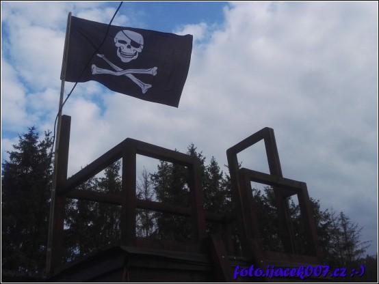 na správném dětském domečku nesmí chybět pirátská vlajka :-)