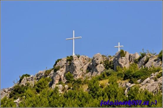 pohled na trojici křížů nad Makarskou vidět jsou ale pouze 2.