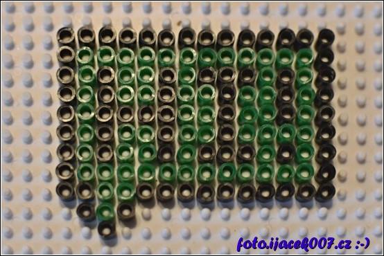 Vzor bubliny s nápisem HI z korálků Pyssla.