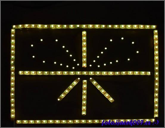 Pohled na rozsvícený dárek v žluté barvě.