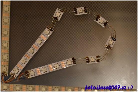 Detail spojení Led diod které musely byt s pásku odstřiženy. Bez oddělení by se nedal udělat oblouk.