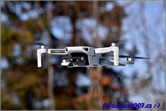Pohled na dron Mavic Mini ve vzduchu.