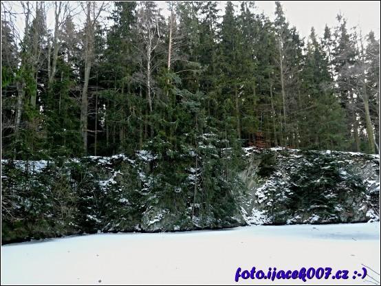 Pohled na zatopený a zamrzlý břidlicový lom.