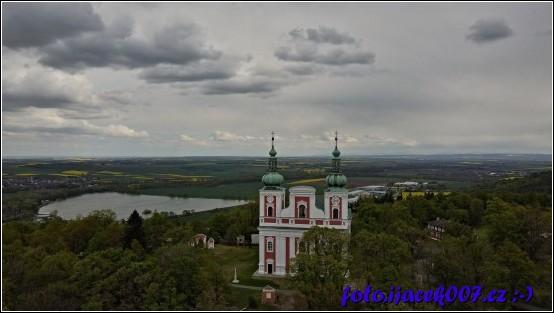 Pohled na kostel na vrcholu Cvilínu nad Krnovem.