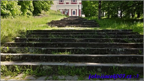 222 schodů vedoucích ke kostelu.