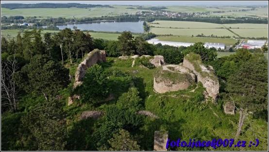 Pohled na Petruv rybník průmyslovou zonu i na zříceninu hradu Cvilín.