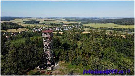 Pohled na rozhlednu nad obcí Sosnová.