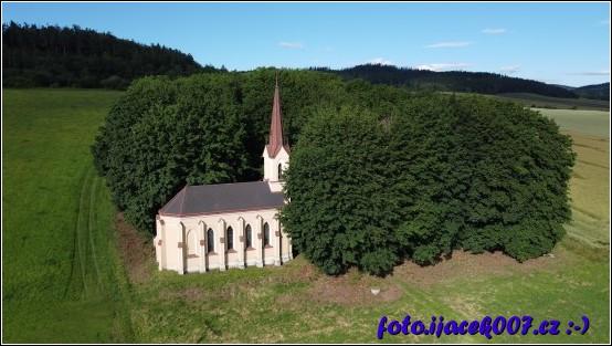 Pohled na kaply u nepoužíváného hřbitova.