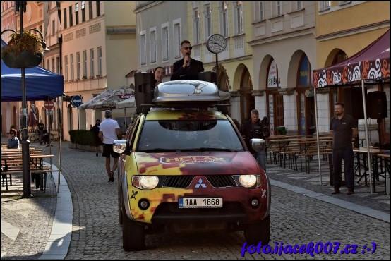 Pohled na auto rádia Helax jak veze moderátory na zahájení.