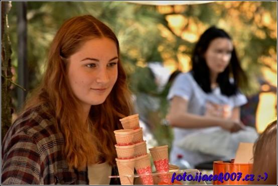Pohled na obsluhu prodávající smrzlinu.