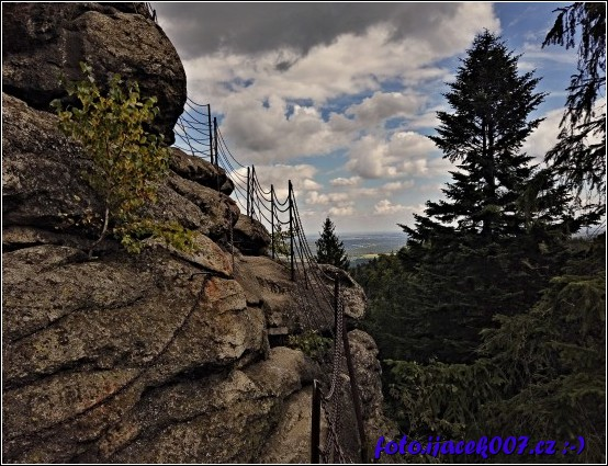 cesta na kamenný vrchol vyhlýdky zvané Čertovy kameny.