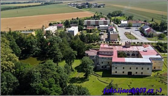 Pohled na zámek v obci Slezské Rudoltice.