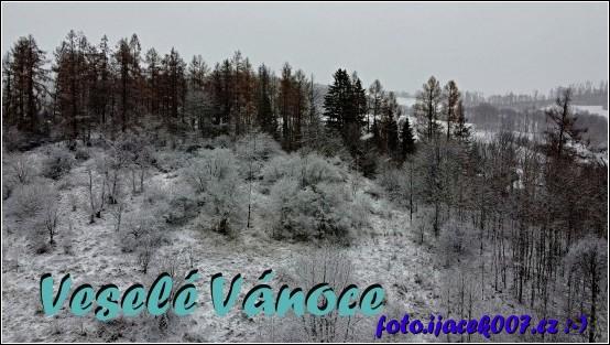 Fotografie zasněžené přírody jako přání k Vánocům.