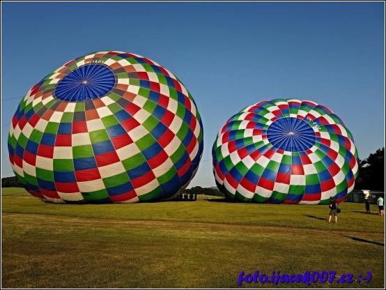 Pohled na horkovzdušné balóny plnící se vzduchem.