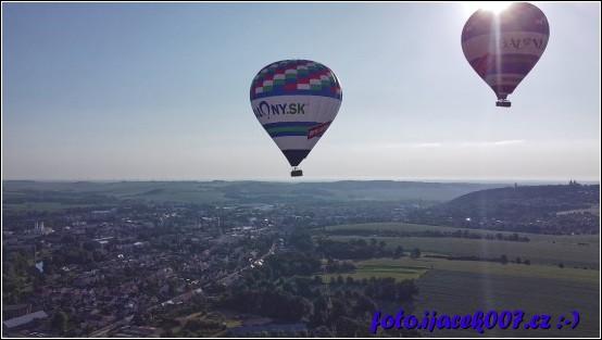 pohled na horkovzdušné balóny nad Krnovem.