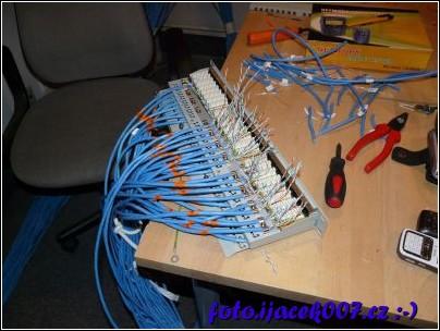 pohled na kabeláž nataženou až do vyvazovacího panelu RACKu
