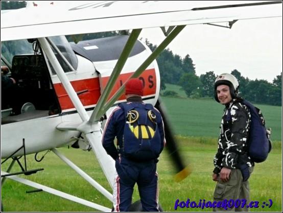 obrázek Pohled na divaky pred nastoupenim do letadla