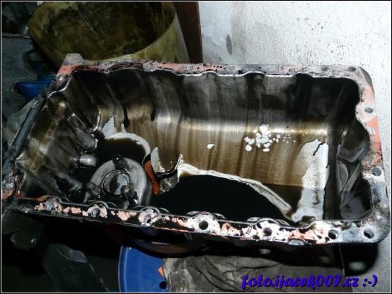 pohled do olejové vany kde jde vidět velikost díry