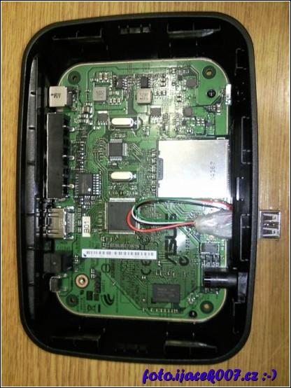 pohled na O!play s opraveným USB konektorem