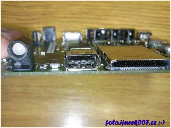 pohled na poškozený USB konektor