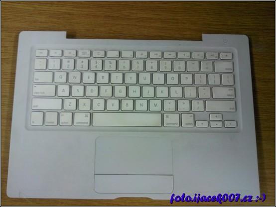 pohled na přední panel notebooku s klávesnicí